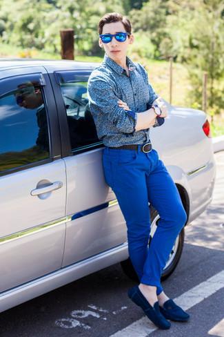 Cómo combinar: camisa de manga larga con print de flores azul, pantalón chino azul, mocasín de ante azul marino, correa de cuero tejida negra