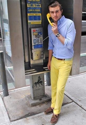 Cómo combinar: camisa de manga larga celeste, pantalón chino amarillo, náuticos de cuero en marrón oscuro, correa de cuero marrón