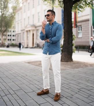 Cómo combinar: camisa de manga larga de cambray azul, pantalón chino blanco, náuticos de ante marrónes, gafas de sol negras