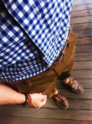 Look de moda: Camisa de manga larga de cuadro vichy en blanco y azul, Pantalón chino en tabaco, Náuticos de cuero marrónes, Correa de cuero marrón