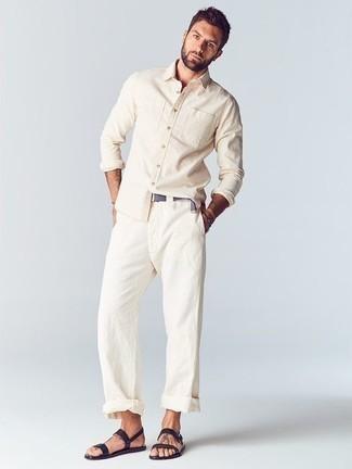 Outfits hombres en clima cálido estilo relajado: Intenta combinar una camisa de manga larga en beige junto a un pantalón chino blanco para un look diario sin parecer demasiado arreglada. Si no quieres vestir totalmente formal, complementa tu atuendo con sandalias de cuero negras.