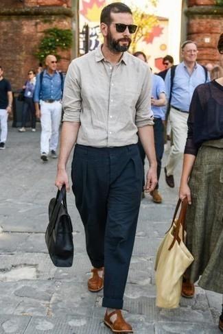 Cómo combinar unas sandalias: Para crear una apariencia para un almuerzo con amigos en el fin de semana ponte una camisa de manga larga en beige y un pantalón chino azul marino. Si no quieres vestir totalmente formal, completa tu atuendo con sandalias.
