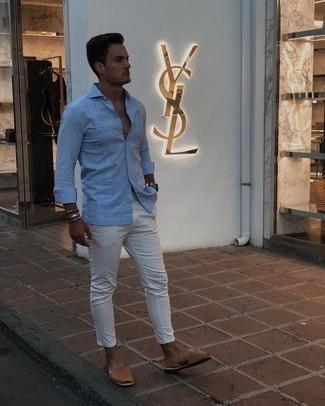Cómo combinar unas sandalias: Casa una camisa de manga larga celeste con un pantalón chino blanco para una vestimenta cómoda que queda muy bien junta. Si no quieres vestir totalmente formal, usa un par de sandalias.