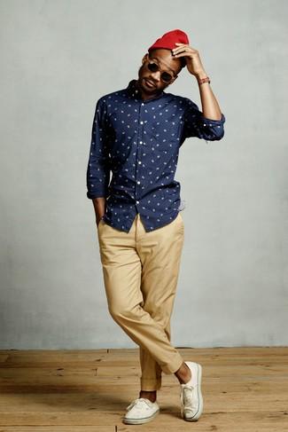 Cómo combinar: camisa de manga larga estampada azul marino, pantalón chino marrón claro, tenis de lona blancos, gorro rojo