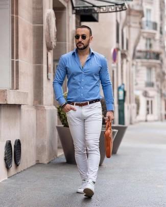 Cómo combinar: camisa de manga larga azul, pantalón chino blanco, tenis blancos, portafolio de cuero marrón claro
