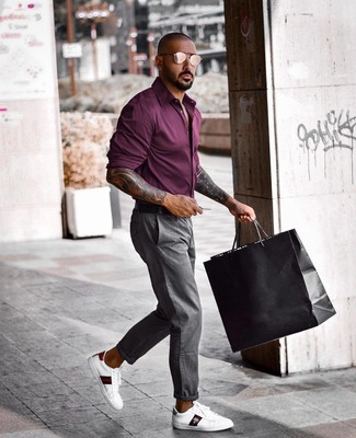 Cómo combinar: camisa de manga larga morado oscuro, pantalón chino gris, tenis de cuero estampados blancos, correa de cuero negra