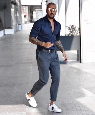 Cómo combinar: camisa de manga larga azul marino, pantalón chino en gris oscuro, tenis de cuero blancos, correa de cuero negra