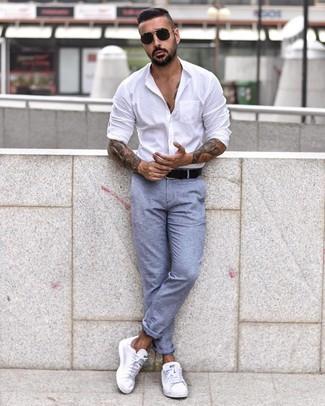 Cómo combinar: camisa de manga larga blanca, pantalón chino celeste, tenis blancos, correa de cuero negra