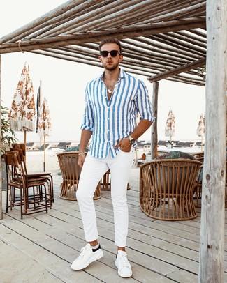 Cómo combinar: camisa de manga larga de rayas verticales en blanco y azul, pantalón chino blanco, tenis de cuero en blanco y negro, gafas de sol negras