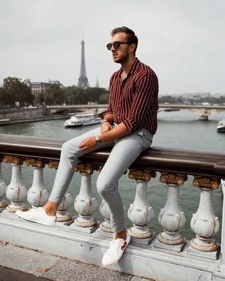 Cómo combinar un pantalón chino gris: Usa una camisa de manga larga de rayas verticales burdeos y un pantalón chino gris para conseguir una apariencia relajada pero elegante. Tenis de cuero blancos son una opción inmejorable para complementar tu atuendo.