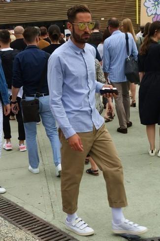 Cómo combinar una camisa de manga larga celeste: Empareja una camisa de manga larga celeste con un pantalón chino marrón claro para cualquier sorpresa que haya en el día. ¿Quieres elegir un zapato informal? Elige un par de tenis de cuero blancos para el día.