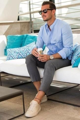 Cómo combinar un pantalón chino gris: Intenta combinar una camisa de manga larga celeste junto a un pantalón chino gris para conseguir una apariencia relajada pero elegante. ¿Quieres elegir un zapato informal? Usa un par de tenis de cuero en beige para el día.