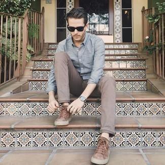Cómo combinar un pantalón chino marrón para hombres de 20 años: Para crear una apariencia para un almuerzo con amigos en el fin de semana elige una camisa de manga larga celeste y un pantalón chino marrón. Si no quieres vestir totalmente formal, haz tenis de ante marrónes tu calzado.