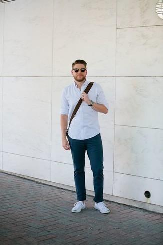 Cómo combinar una camisa de manga larga celeste: Utiliza una camisa de manga larga celeste y un pantalón chino azul marino para cualquier sorpresa que haya en el día. ¿Quieres elegir un zapato informal? Completa tu atuendo con tenis de lona blancos para el día.