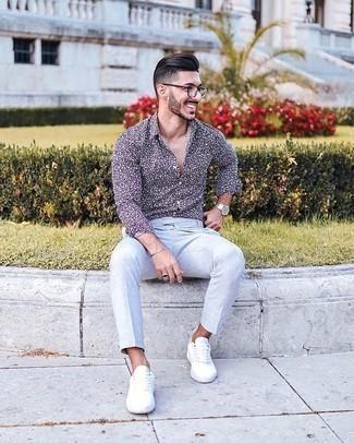 Cómo combinar un pantalón chino gris: Considera emparejar una camisa de manga larga estampada en azul marino y blanco con un pantalón chino gris para cualquier sorpresa que haya en el día. Tenis de lona blancos son una opción muy buena para complementar tu atuendo.
