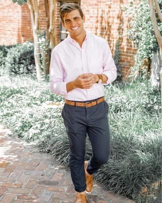 Cómo combinar: camisa de manga larga rosada, pantalón chino en gris oscuro, zapatillas slip-on de cuero tejidas marrón claro, correa de cuero marrón claro