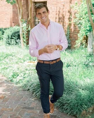 Cómo combinar: camisa de manga larga rosada, pantalón chino azul marino, zapatillas slip-on de cuero tejidas marrón claro, correa de cuero marrón claro