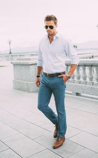 Elige una camisa de manga larga blanca y un pantalón chino verde azulado para una vestimenta cómoda que queda muy bien junta. Haz zapatos brogue de cuero marrónes tu calzado para mostrar tu inteligencia sartorial.