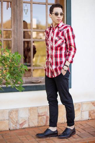 Cómo combinar: camisa de manga larga de tartán en rojo y blanco, pantalón chino negro, zapatos brogue de cuero negros, correa de cuero negra