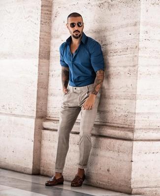 Cómo combinar: camisa de manga larga en verde azulado, pantalón chino de tartán en beige, zapatos con doble hebilla de cuero en marrón oscuro, gafas de sol negras