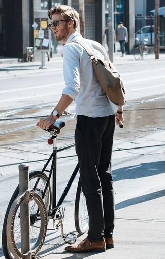 Cómo combinar unos zapatos con doble hebilla de cuero marrónes en verano 2020: Ponte una camisa de manga larga blanca y un pantalón chino negro para una vestimenta cómoda que queda muy bien junta. ¿Te sientes valiente? Completa tu atuendo con zapatos con doble hebilla de cuero marrónes. Es un look perfectamente apropriado para tus jornadas de verano.