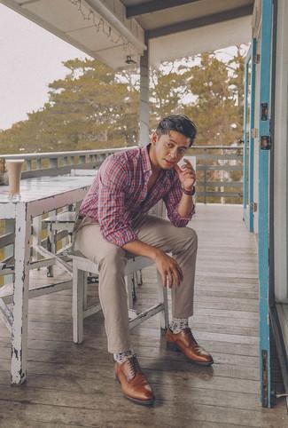 Cómo combinar: camisa de manga larga de tartán en blanco y rojo y azul marino, pantalón chino en beige, zapatos derby de cuero marrónes, correa de cuero en marrón oscuro