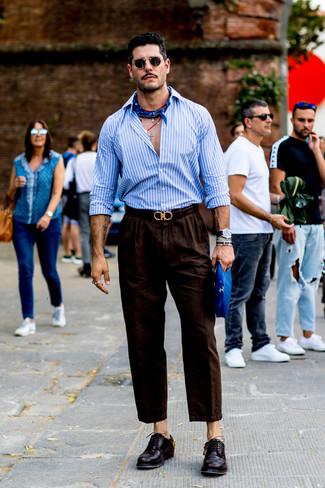 Cómo combinar: camisa de manga larga de rayas verticales celeste, pantalón chino de lino en marrón oscuro, zapatos derby de cuero morado oscuro, bandana azul