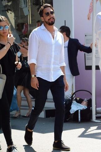 Cómo combinar unos zapatos derby de ante negros: Elige una camisa de manga larga de lino blanca y un pantalón chino azul marino para una vestimenta cómoda que queda muy bien junta. ¿Te sientes valiente? Opta por un par de zapatos derby de ante negros.