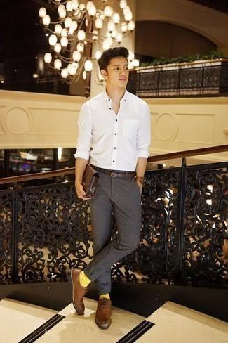 Cómo combinar un pantalón chino en gris oscuro: Casa una camisa de manga larga blanca junto a un pantalón chino en gris oscuro para una vestimenta cómoda que queda muy bien junta. Elige un par de zapatos derby de cuero marrónes para mostrar tu inteligencia sartorial.