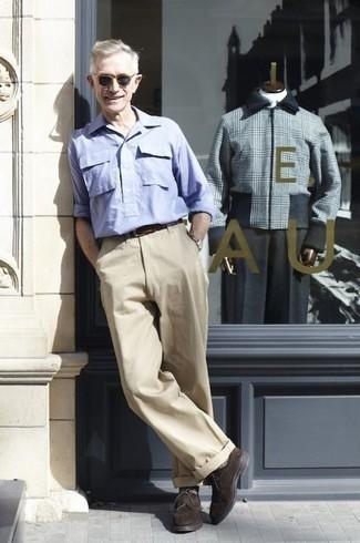 Moda para hombres de 60 años: Opta por una camisa de manga larga celeste y un pantalón chino en beige para un almuerzo en domingo con amigos. Dale un toque de elegancia a tu atuendo con un par de zapatos derby de ante en marrón oscuro.