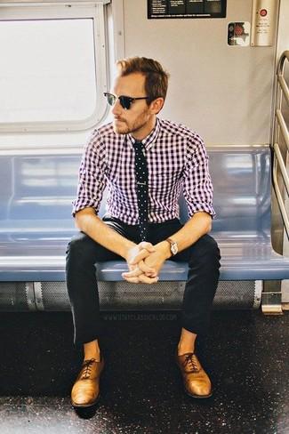 Haz de una camisa de manga larga de cuadro vichy morado y un pantalón chino negro tu atuendo para una apariencia fácil de vestir para todos los días. Con el calzado, sé más clásico y opta por un par de zapatos oxford de cuero marrón claro.