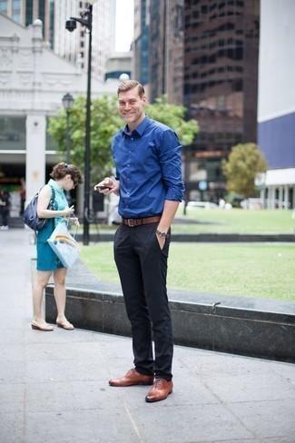 Cómo combinar una correa: Casa una camisa de manga larga azul junto a una correa transmitirán una vibra libre y relajada. ¿Te sientes valiente? Haz zapatos oxford de cuero en tabaco tu calzado.