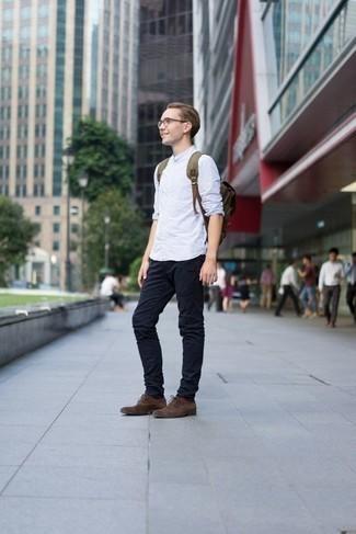 Cómo combinar unos calcetines en marrón oscuro: Opta por una camisa de manga larga de rayas verticales celeste y unos calcetines en marrón oscuro para un look agradable de fin de semana. ¿Te sientes valiente? Completa tu atuendo con zapatos oxford de ante en marrón oscuro.