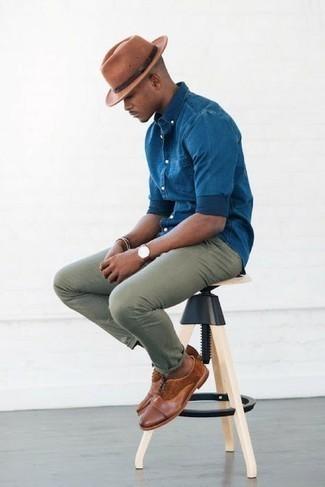 Cómo combinar un sombrero: Considera emparejar una camisa de manga larga de cambray azul junto a un sombrero transmitirán una vibra libre y relajada. Con el calzado, sé más clásico y completa tu atuendo con zapatos oxford de cuero marrónes.