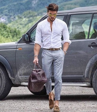 Cómo combinar: camisa de manga larga blanca, pantalón de vestir de tartán gris, mocasín con borlas de ante marrón, bolsa de viaje de cuero en marrón oscuro