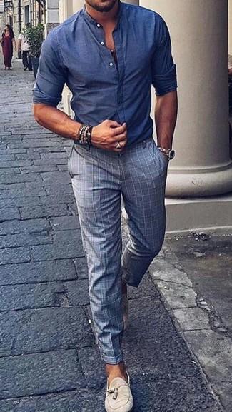 Cómo combinar: camisa de manga larga de cambray azul, pantalón de vestir a cuadros gris, mocasín con borlas de ante en beige, reloj de cuero en beige
