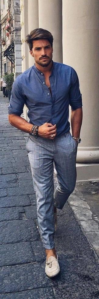 Cómo combinar: camisa de manga larga de cambray azul, pantalón de vestir a cuadros gris, mocasín con borlas de ante en beige, reloj de cuero marrón