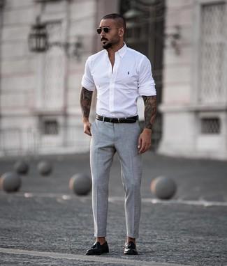 Cómo combinar: camisa de manga larga blanca, pantalón de vestir gris, mocasín con borlas de cuero negro, correa de cuero negra