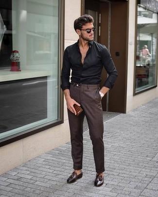 Cómo combinar una camisa de manga larga negra en verano 2020: Elige una camisa de manga larga negra y un pantalón de vestir en marrón oscuro para rebosar clase y sofisticación. Mocasín con borlas de cuero en marrón oscuro son una opción buena para complementar tu atuendo. ¿Buscas un look veraniego? No busque más.