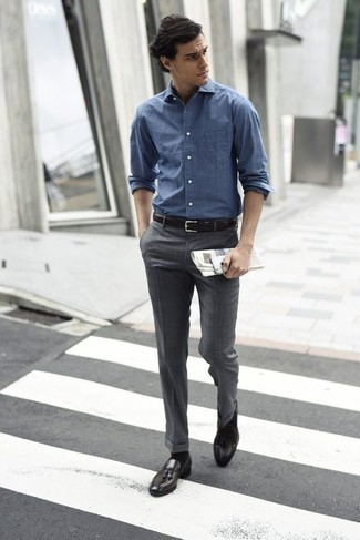 Cómo combinar unos zapatos de vestir: Emparejar una camisa de manga larga azul con un pantalón de vestir gris es una opción buena para una apariencia clásica y refinada. Dale un toque de elegancia a tu atuendo con un par de zapatos de vestir.