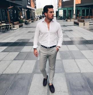 Cómo combinar: camisa de manga larga blanca, pantalón de vestir de rayas verticales gris, mocasín de cuero morado oscuro, correa de cuero negra