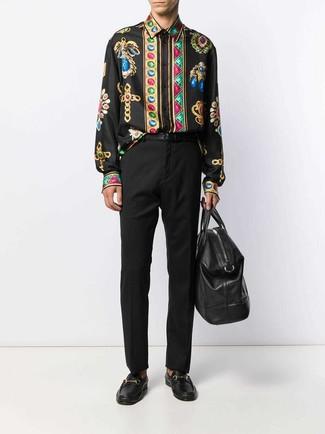 Cómo combinar: camisa de manga larga estampada negra, pantalón de vestir negro, mocasín de cuero negro, bolsa de viaje de cuero negra