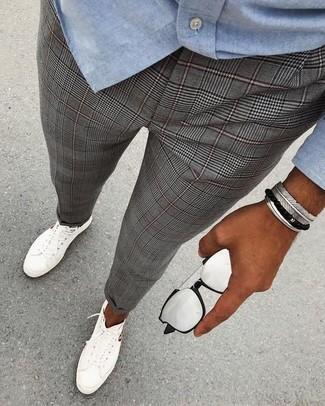 Cómo combinar: camisa de manga larga de cambray celeste, pantalón de vestir de tartán gris, tenis blancos, gafas de sol plateadas