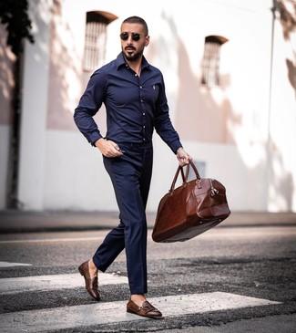 Cómo combinar una bolsa de viaje de cuero marrón: Emparejar una camisa de manga larga azul marino junto a una bolsa de viaje de cuero marrón es una opción grandiosa para el fin de semana. Agrega zapatos con doble hebilla de cuero marrónes a tu apariencia para un mejor estilo al instante.