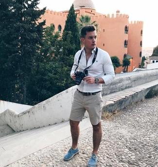 Cómo combinar: camisa de manga larga blanca, pantalones cortos grises, alpargatas de lona azules, correa de cuero en marrón oscuro