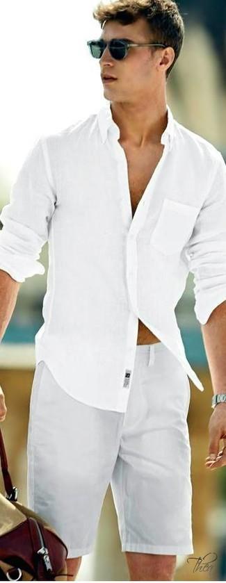 Cómo combinar: camisa de manga larga blanca, pantalones cortos grises, bolsa tote de lona marrón claro, gafas de sol azul marino