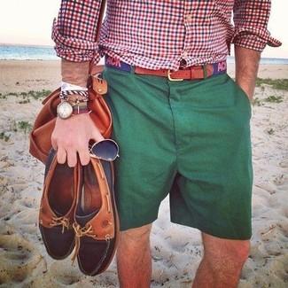 Cómo combinar: camisa de manga larga de cuadro vichy en blanco y rojo y azul marino, pantalones cortos verde oscuro, bolso baúl de cuero en tabaco, correa de lona estampada azul marino