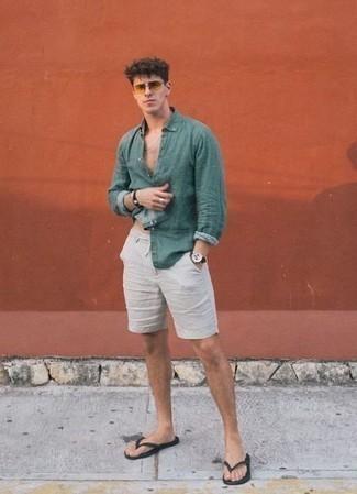 Cómo combinar unas chanclas: Este combo de una camisa de manga larga verde oscuro y unos pantalones cortos blancos te permitirá mantener un estilo cuando no estés trabajando limpio y simple. ¿Quieres elegir un zapato informal? Opta por un par de chanclas para el día.