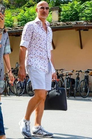 Cómo combinar un portafolio de lona azul marino: Usa una camisa de manga larga estampada blanca y un portafolio de lona azul marino transmitirán una vibra libre y relajada. Dale un toque de elegancia a tu atuendo con un par de deportivas celestes.