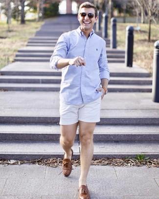 Cómo combinar: camisa de manga larga celeste, pantalones cortos blancos, mocasín con borlas de cuero marrón, gafas de sol marrónes